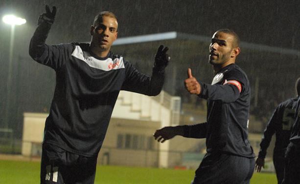 Manoubi et Mansour célèbre le deuxième but neuvillois