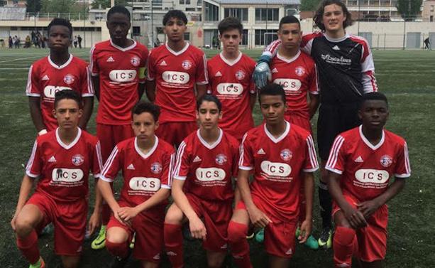 Tom Negrel avec les U15 de l'AS Motchat (crédit photo club)