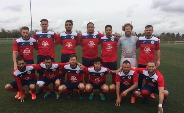Gaëtan Bernard (en haut, à gauche), Ivan Solombrino (gardien) et Fabien Kruker (accroupi, avec le brassard) ont tous connu l'Equipe de France des Sourds