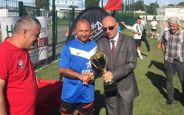 Monsieur le Consul remet le trophée au capitaine des Turques de Bellegarde, vainqueur de l'édition 2018.
