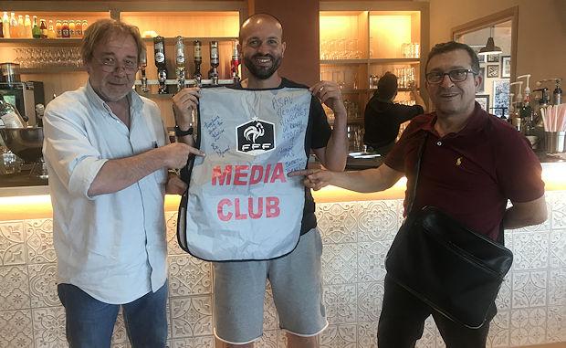 Le nouveau coach du FBBP01 a eu droit à un chasuble dédicacé, qu'il a promis de mettre dans son nouveau bureau de Péronnas. On ira vérifier.