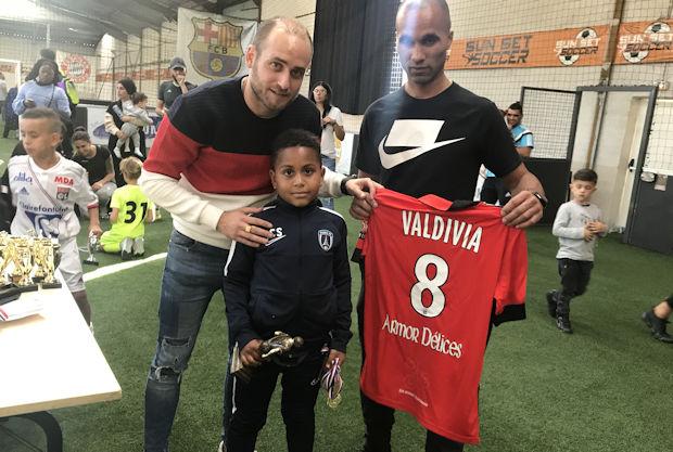 Anthony Esparza et Willy Babot, les organisateurs du tournoi, récompense le meilleur joueur, Souleyman Sissocko, du Paris FC